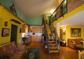Escaleras hacia las habitaciones en el centro del salon
