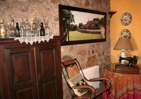 Sala de estar con la chimenea y un cuadro