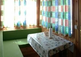 Comedor del interior del bungalow