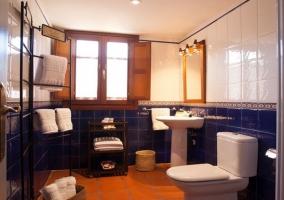 Amplio y luminoso cuarto de baño