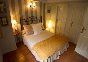 Dormitorio con pared frontal decorada con papel con líneas