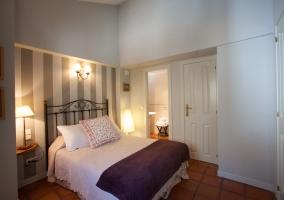 Dormitorio pintado en color gris