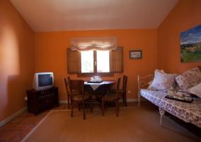 Salón decorado en color naranja