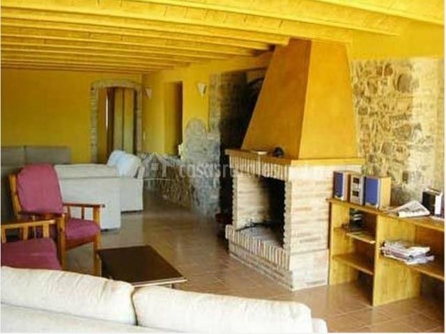 Salón con chimenea y paredes y techo amarillos