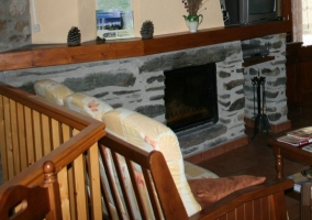 Sofá y chimenea de piedra
