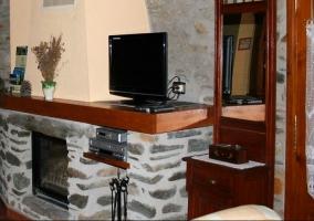 Chimenea y televisión de plasma