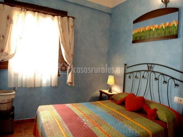 Amplio y colorido dormitorio