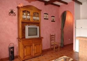 Televisor en mueble de madera
