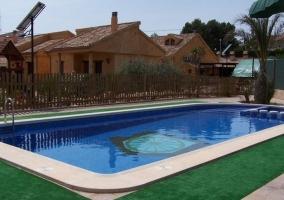 Vistas de la casa con piscina
