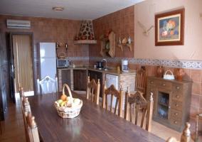 Cocina campera con mesa para comer