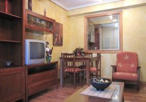 Salón con chimenea y amplia ventana
