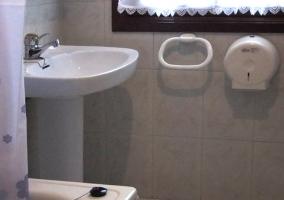 Amplio baño con bañera grande