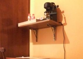 La habitación cuenta con cafetera