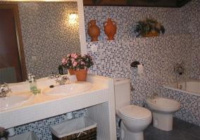 Baño completo con bañera y dos lavabos