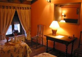 Dormitorio doble de la casa rural con bandeja a los pies de la cama