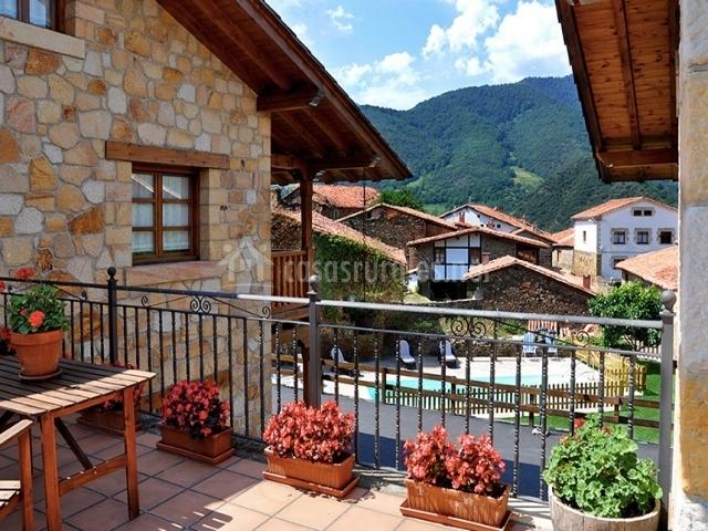 Pequeña terraza con mobiliario