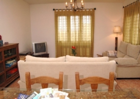 Sala de estar con dos sillones y mesa de comedor al lado