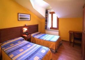 Dormitorio doble con cama matrimonial