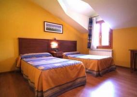 Dormitorio con 2 camas
