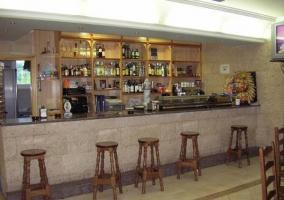 Bar con taburetes de madera