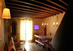 Sala de estar con techo de madera