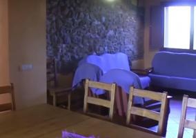 Comedor en la cocina y vistas de la sala de estar