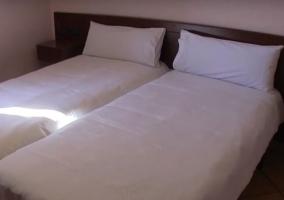 Dormitorio con colchas de color blanco