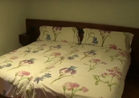 Dormitorio doble con colchas estampadas