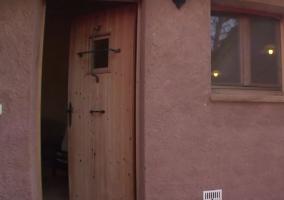 Vistas de la puerta de madera en el porche