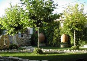 Amplio jardín repleto de árboles