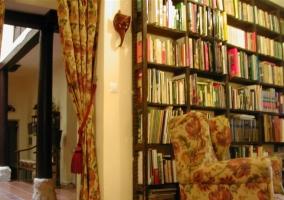 Biblioteca equipada y decorada