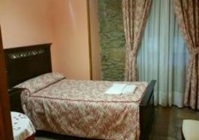 Dormitorio con muros de piedra