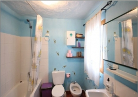 Cuarto de baño completo con bañera en colores azules