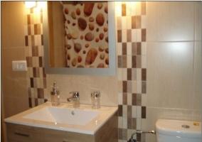 Detalle del lavabo y el espejo del cuarto de baño marrón