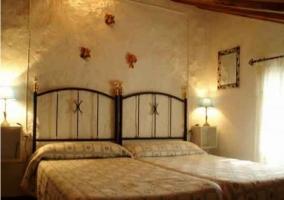 Dormitorio con dos camas en tonos marrones