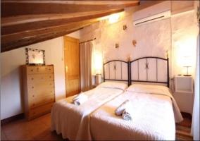 Dormitorio doble con dos camas individuales. Techo abohardillado