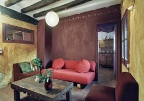 Dormitorio de matrimonio con chimenea y pared de piedras