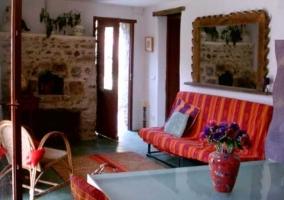 Sala con sofá cama, sillones individuales y mesa baja