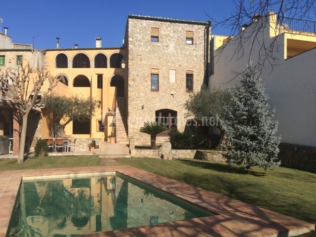 Can llobet apartamentos rurales en capmany girona for Piscina jardin girona
