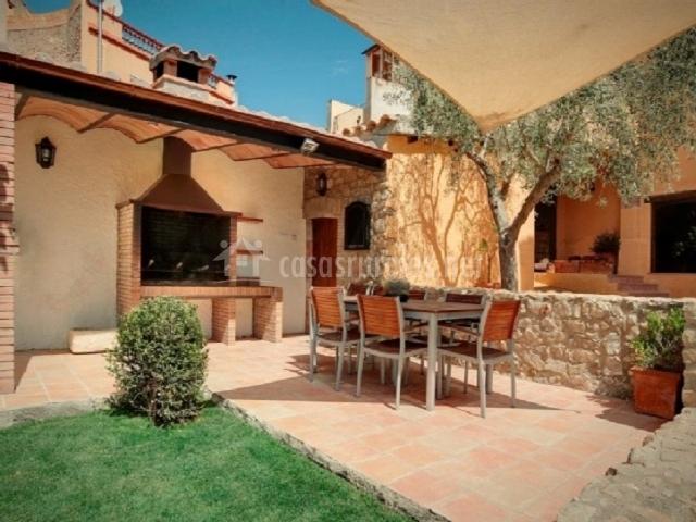 Can llobet apartamentos rurales en capmany girona - Terraza con barbacoa ...