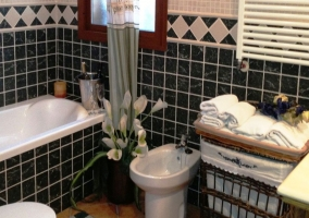 Cuarto de baño principal con bañera, totalmente equipado