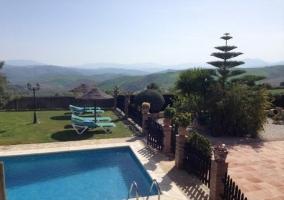 Vistas a la piscina desde la casa rural