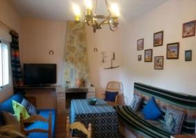 Sala de estar con chimenea en el frente y televisor de plasma