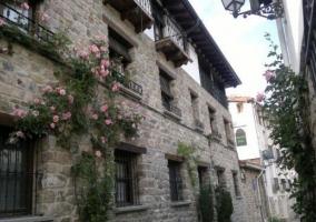 Acceso a la casa con fachada en piedra