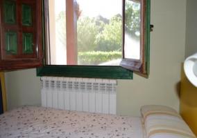 Con camas individuales y cabezal de madera