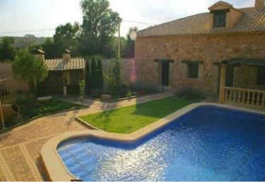 Casas rurales con piscina en villanueva de la jara for Hoteles rurales en extremadura con piscina