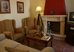 Chimenea y sillones en sala de estar