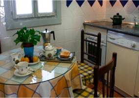 Cocina con mesa redonda