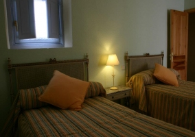 Dormitorio con camas individuales
