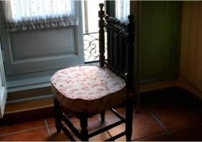 Dormitorio con silla estampada